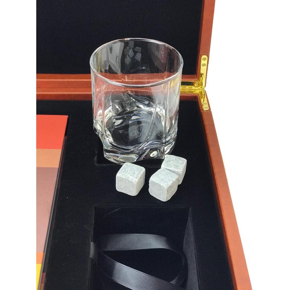 Книга Виски со стаканом и камнями для охлаждения